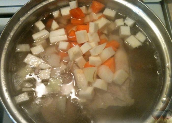 Добавляют лук и морковь