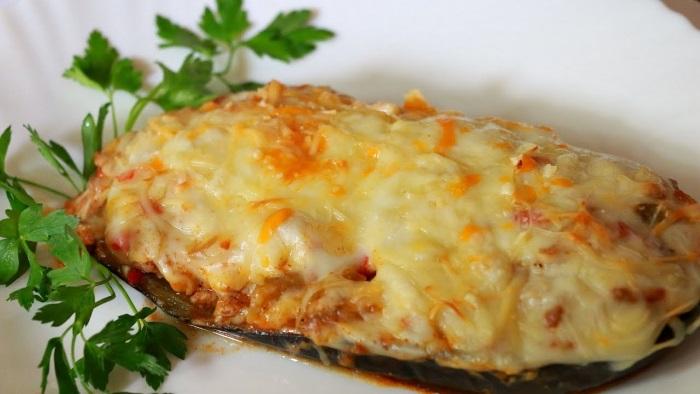 Баклажаны с фаршем помидорами и сыром