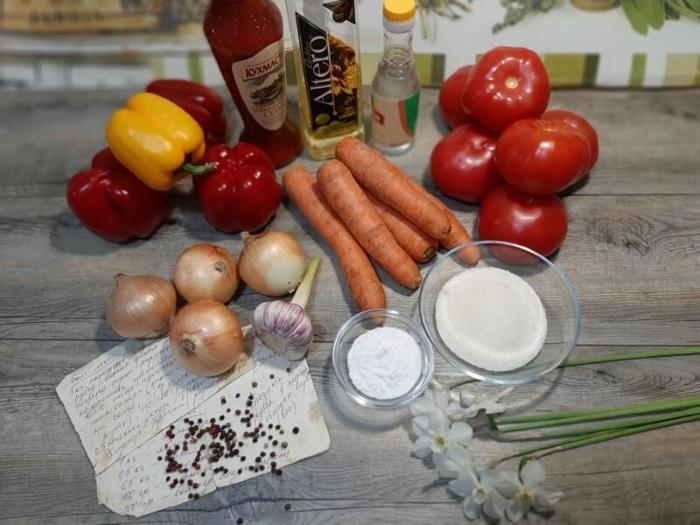 Лечо из сладкого перца и помидоров с добавлением лука и моркови