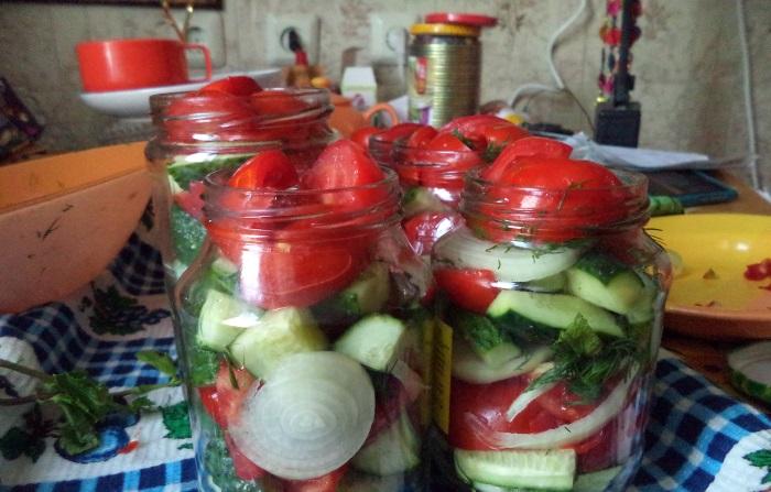 Салат из огурцов и помидоров с луком и растительным маслом