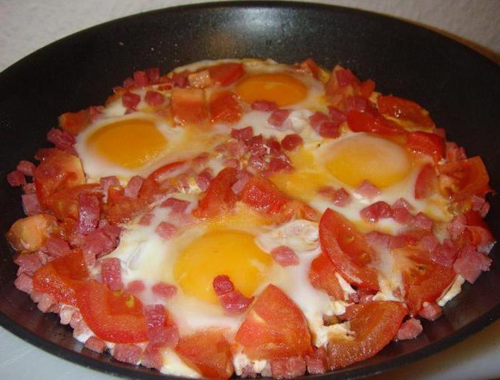 Готовим яичницу с помидорами и колбаской