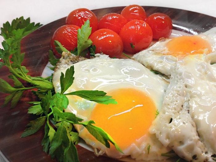 Яичница с томатами черри