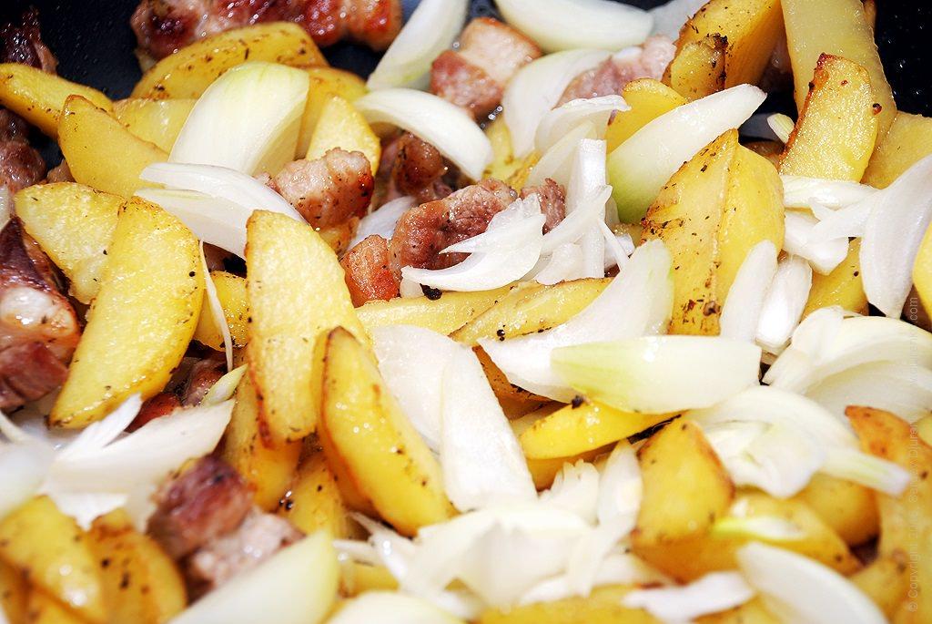 Как приготовить Картошка жареная насковороде. Шаг 13: Добавить лук