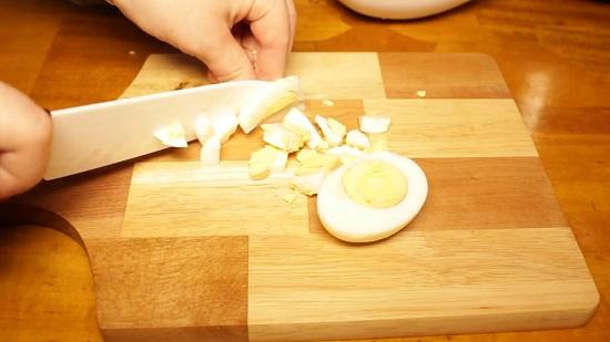 Отварные куриные яйца нарезаем кубиками
