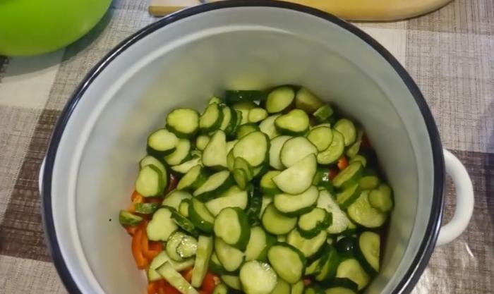 Салат из капусты на зиму, без варки и стерилизации в банке 4
