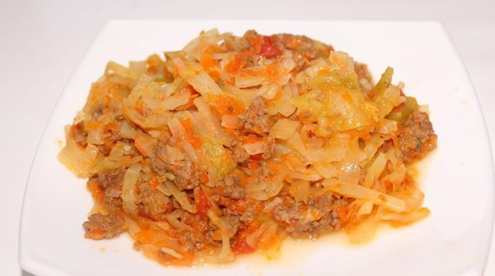 Вкусная тушеная капуста с фаршем и томатной пастой на сковороде