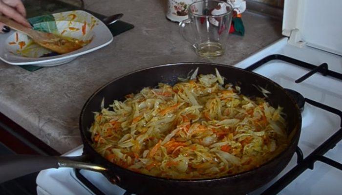 Тушёная капуста на сковороде – рецепт классический