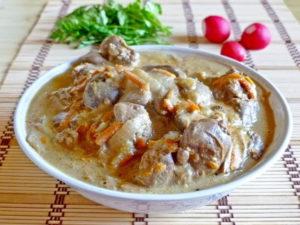 Куриная печень в сметане с луком на сковороде