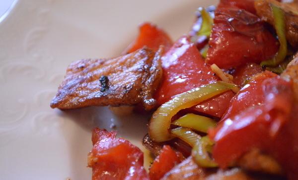 Острая свинина, жареная с луком на сковороде