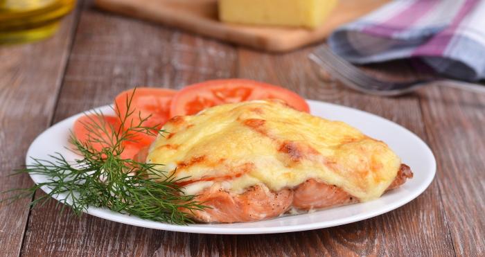 Сочная горбуша в духовке с помидорами, луком и сыром