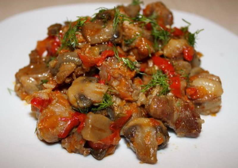 Во время тушения можно добавить томатный соус, сладкий перец