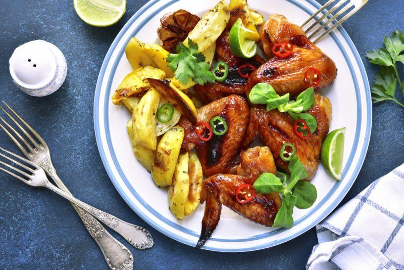 Крылья, запеченные с картошкой: рецепт