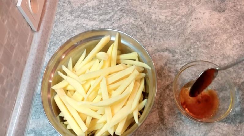Растительное масло смешиваем с солью и паприкой