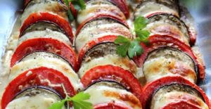 Баклажаны в духовке с помидорами и сыром и чесноком