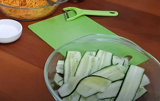 С помощью обычной овощечистки