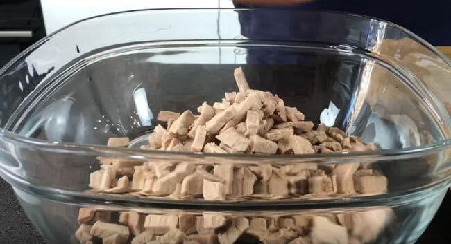 нарезанную говядину отправляем в глубокую миску