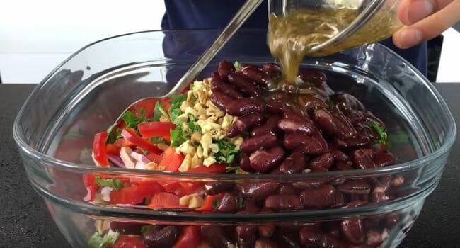 заправку добавляем в салат