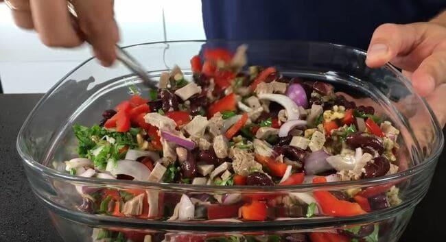 заправку в салате хорошо перемешиваем