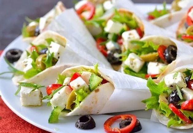 Готовим греческий салат с помидорами в лаваше