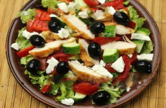 Салат скурицей и помидорами