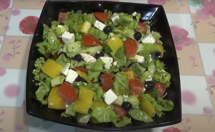 Простой рецепт салата с брынзой, помидорами и маслинами по-домашнему