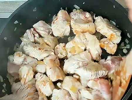 Обжариваем на сковороде курицу