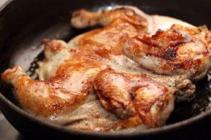 Курица табака на сковороде