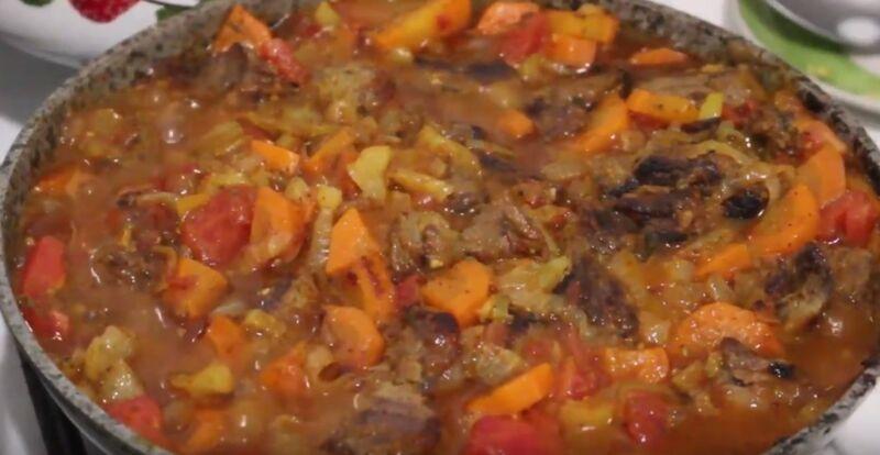 добавляем к говядине с овощами помидоры, соль и специи