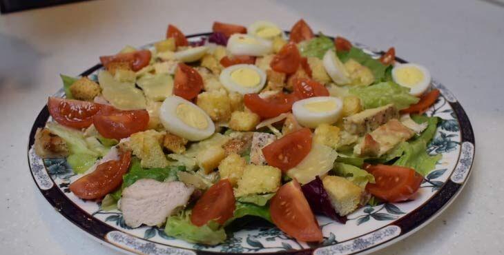 Простой рецепт Салата Цезарь с курицей и сухариками в домашних условиях