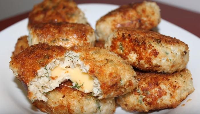 Котлеты из куриного фарша в панировке с сырной начинкой