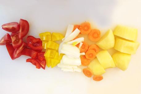 Нарезать овощи для шурпы из конины