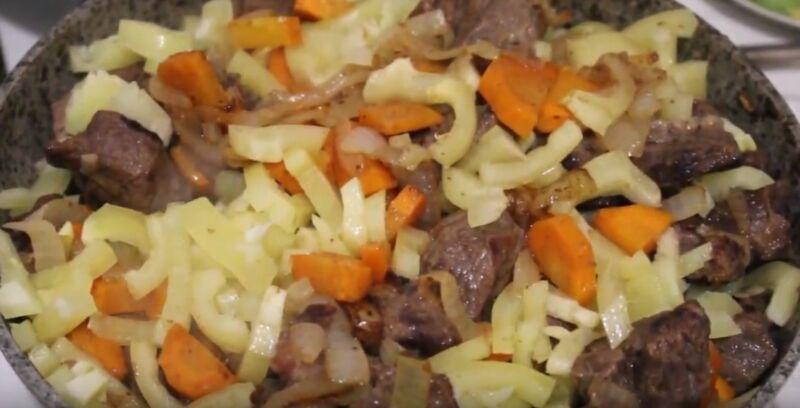 обжариваем говядину с овощами для шурпы до готовности