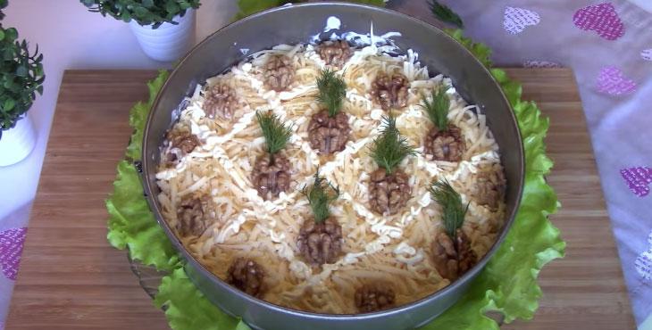 Салат с курицей и ананасами, грецкими орехами слоями